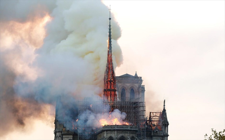 Παναγία των Παρισίων - Notre Dame - Νοτρ Νταμ - Φωτιά. Smoke billows as fire engulfs the spire of Notre Dame Cathedral in Paris, France April 15, 2019. REUTERS/Benoit Tessier